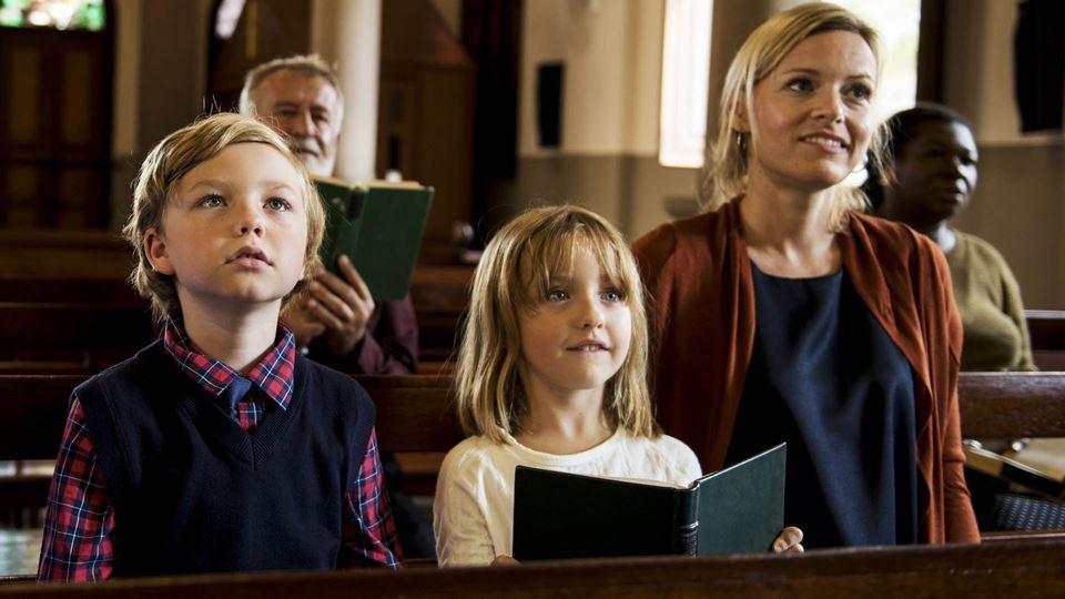 Família a assistir a missa