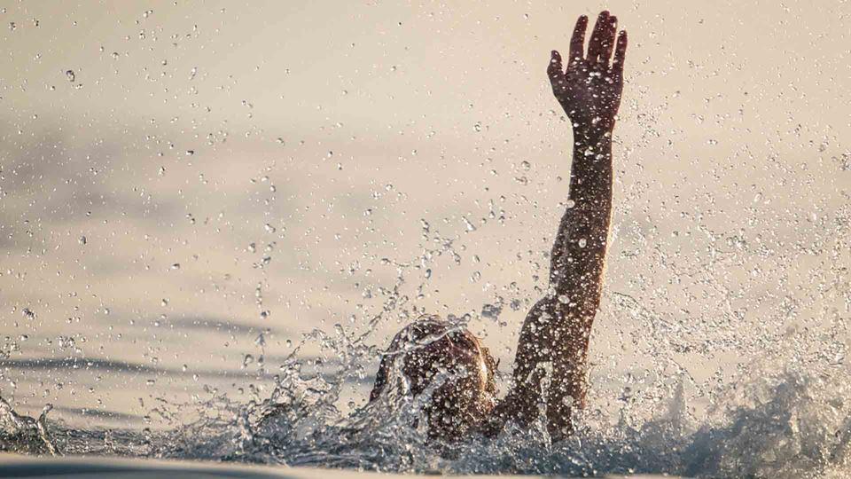 Homem a pedir ajuda no mar
