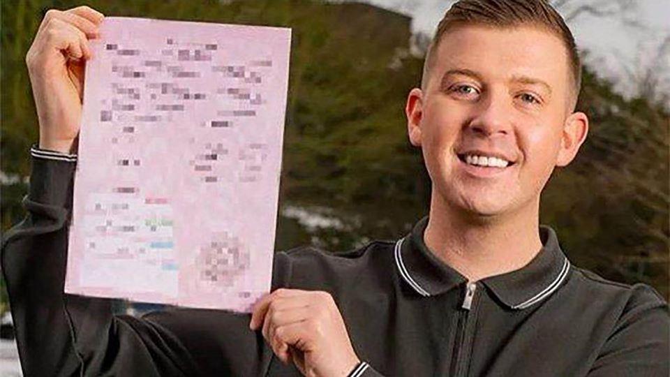 Homem britânico com documento