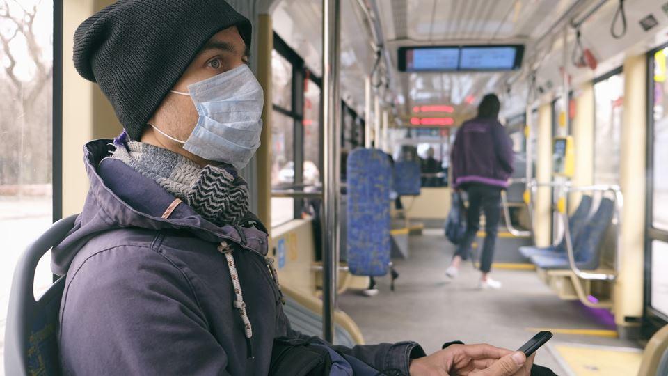 homem no autocarro com máscara