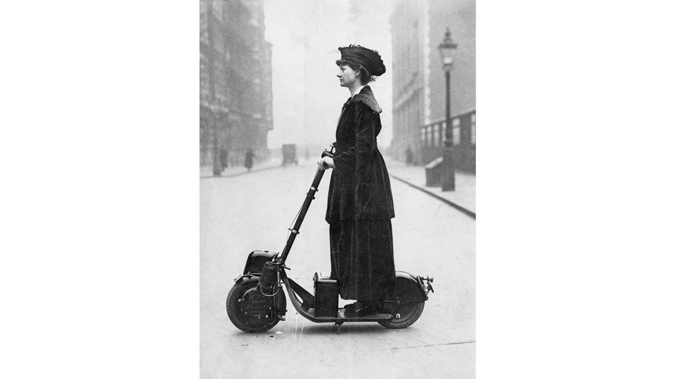 Lady Florence Norman numa trotinente eletrííca em 1916 (Wikimedia Commons)