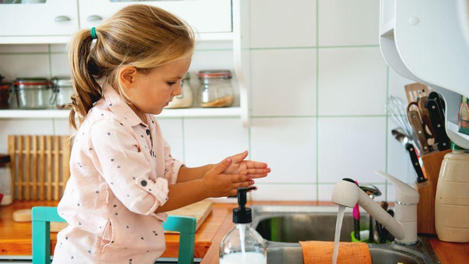 Lavar as mãos: crianças aprend...