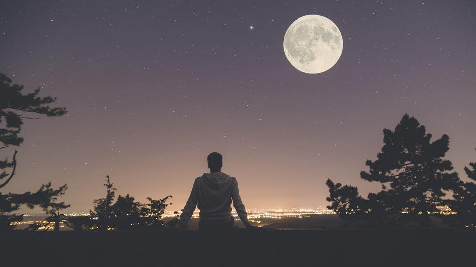 """""""Lua de Morango""""? Sim, é um fe..."""
