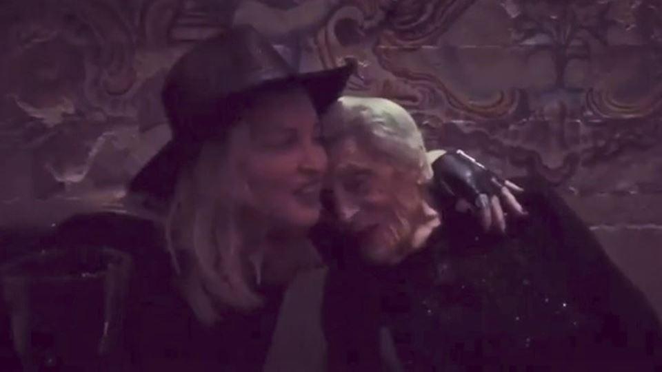 Madonna canta Elvis com a irmã...