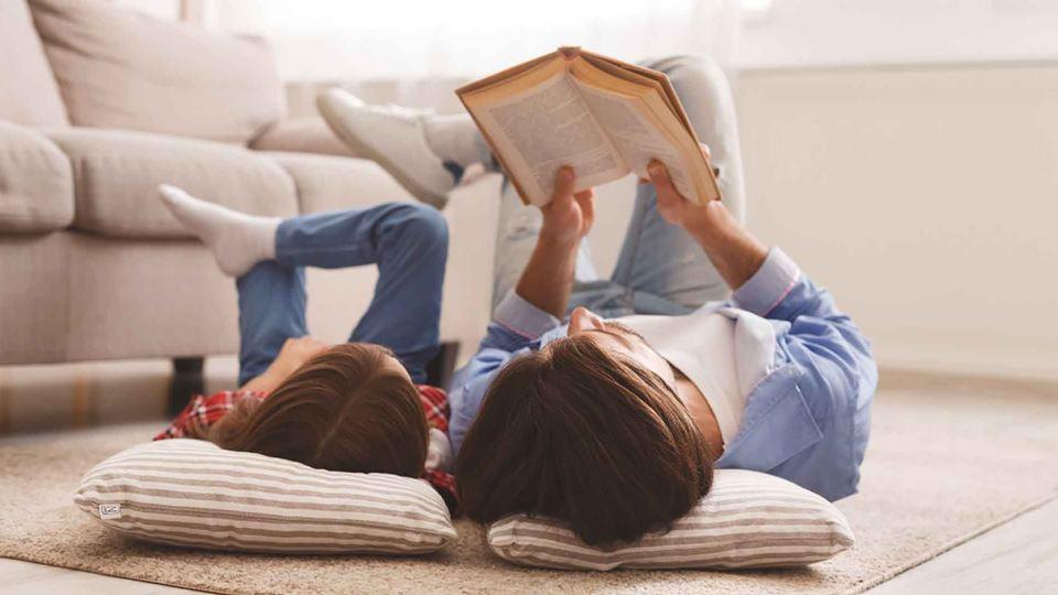 Mãe e filha a ler