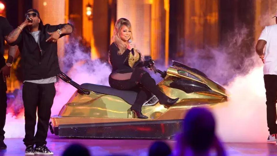 """Mariah canta """"Honey"""" num Jet Ski"""
