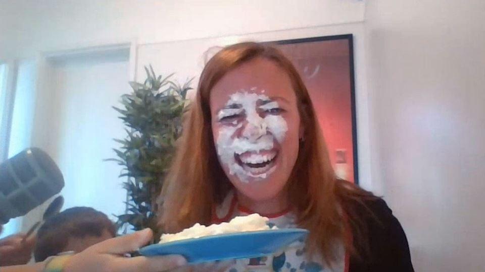 Mariana leva com um bolo na cara