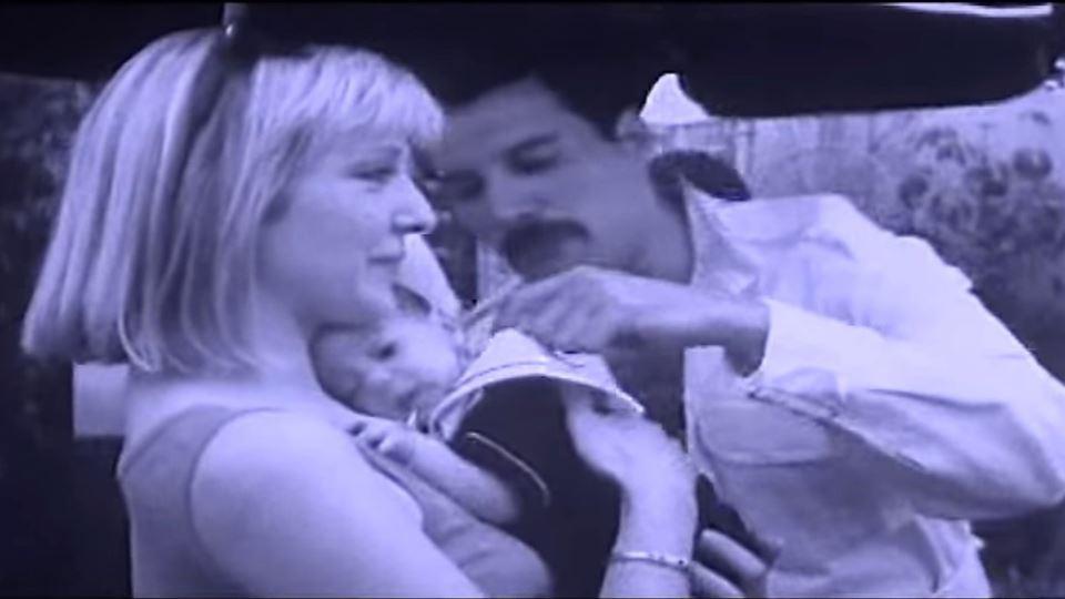 Mary Austin e o filho Richard  com o padrinho Freddie Mercury