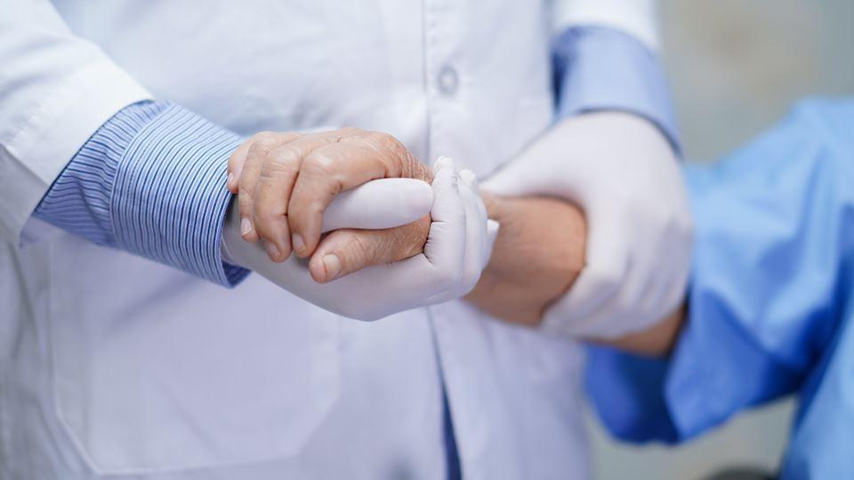 Médico judeu cuida de doente C...