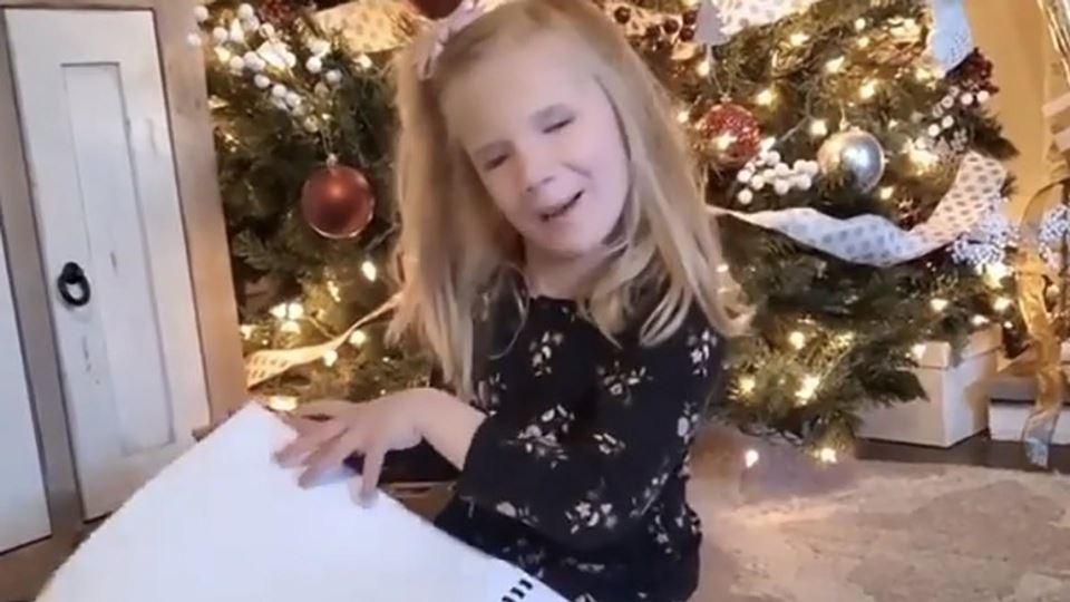 Menina cega recebe livros de H...