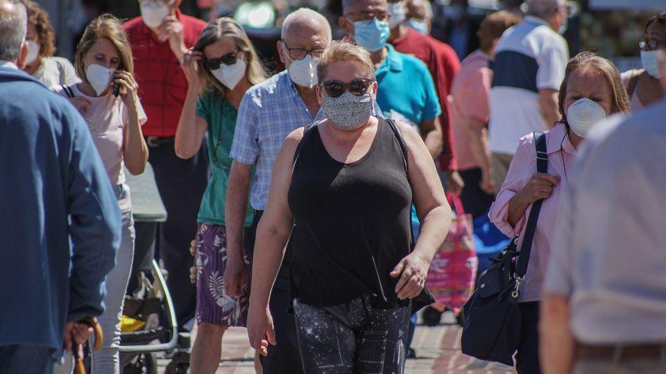 multidão com máscara