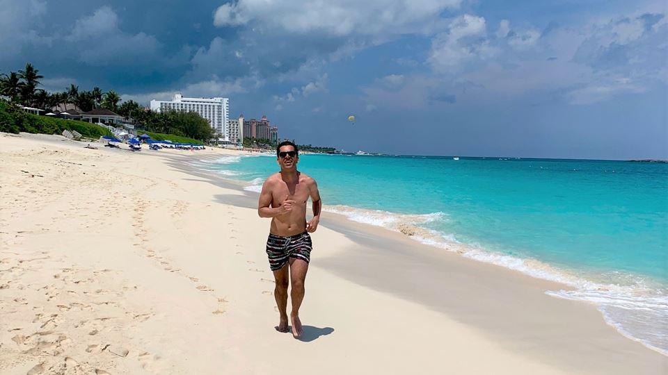 Pedro Fernandes a correr no Paraíso - Cabbage Beach, Paradise Island