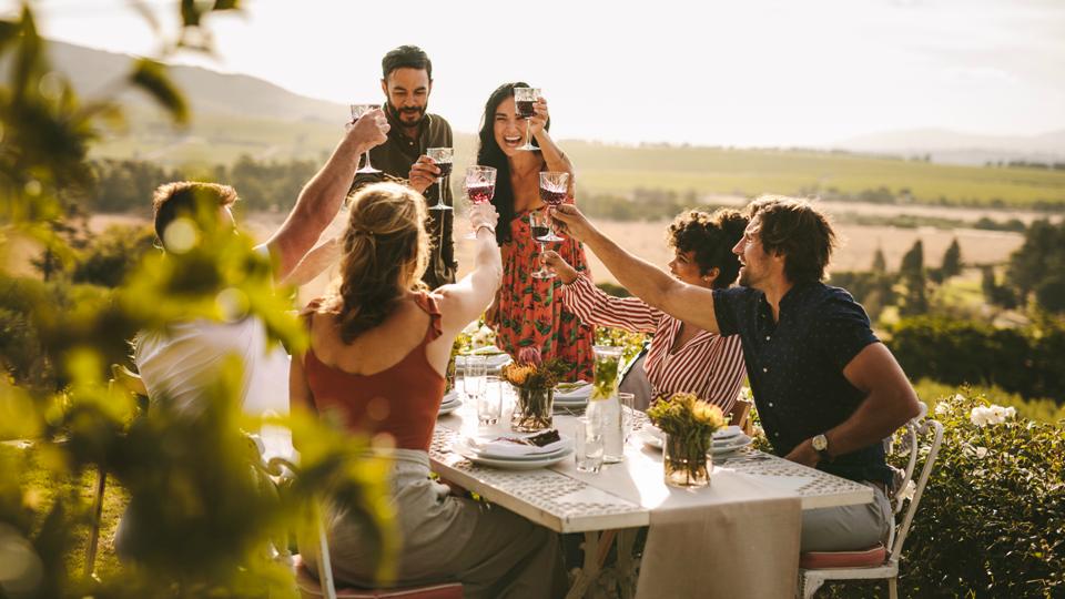Pessoas a brindar com vinho