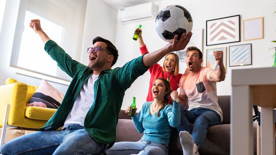 Pessoas a festejar em casa