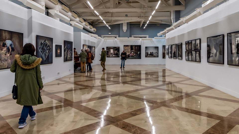 Pessoas num museu