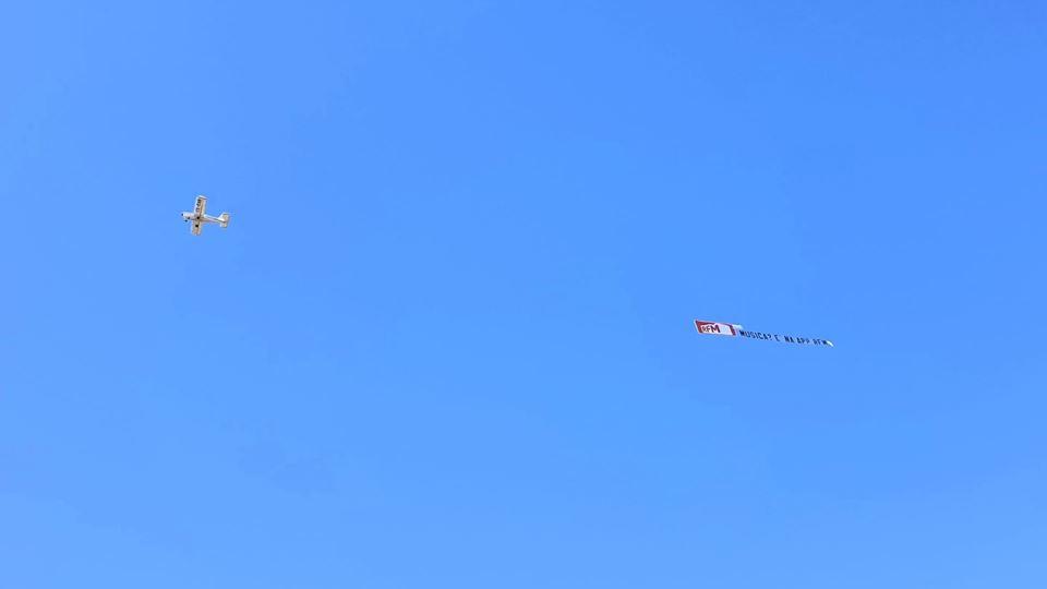 Avião RFM a passar pela Praia do Cabeço visto pela Teresa Lage