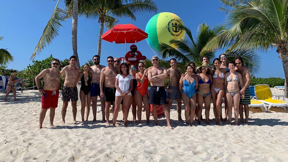 RFM Selfie Trip a banhos em CocoCay protegida por uma magnifica salva-vidas