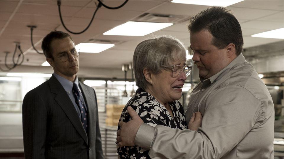 Sam Rockwell ( o advogado Watson Bryant), Kathy Bates ( mãe de Richard) e Paul Walter Hauser ( Richard)