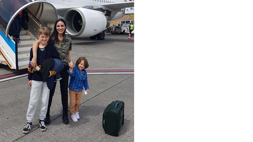 A família de Rodrigo Gomes no aeroporto