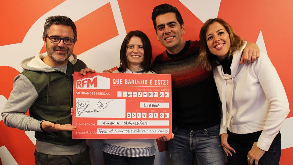 Virginia Magalhães a receber o cheque com a equipa do Café da Manha