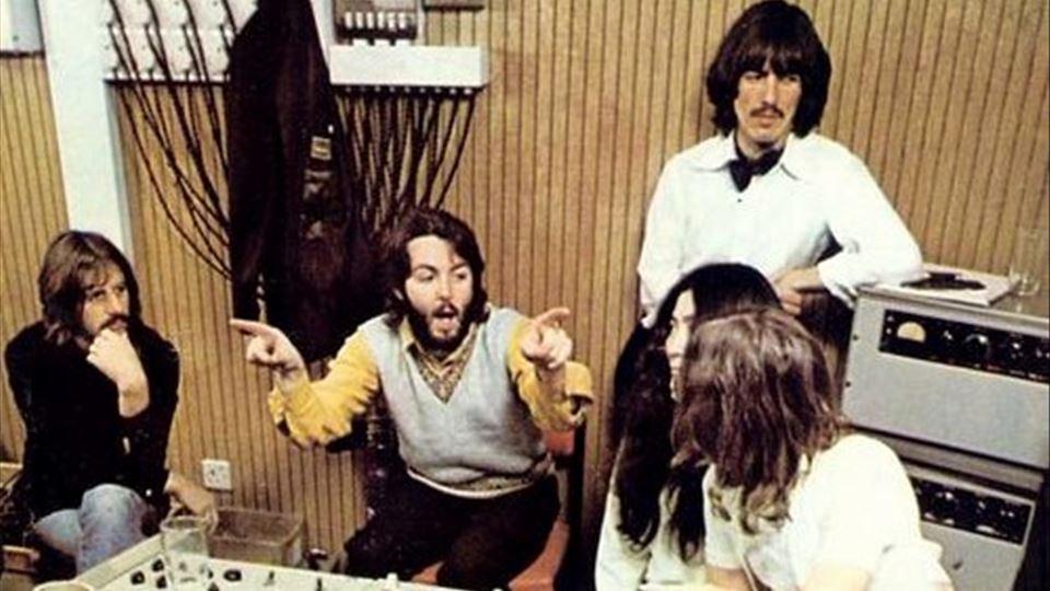 Yoko em estúdio com os Beatles (foto de Linda McCartey)